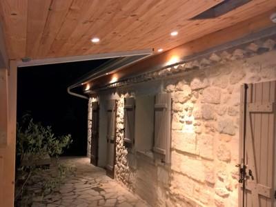 maison avec spot lumineux led